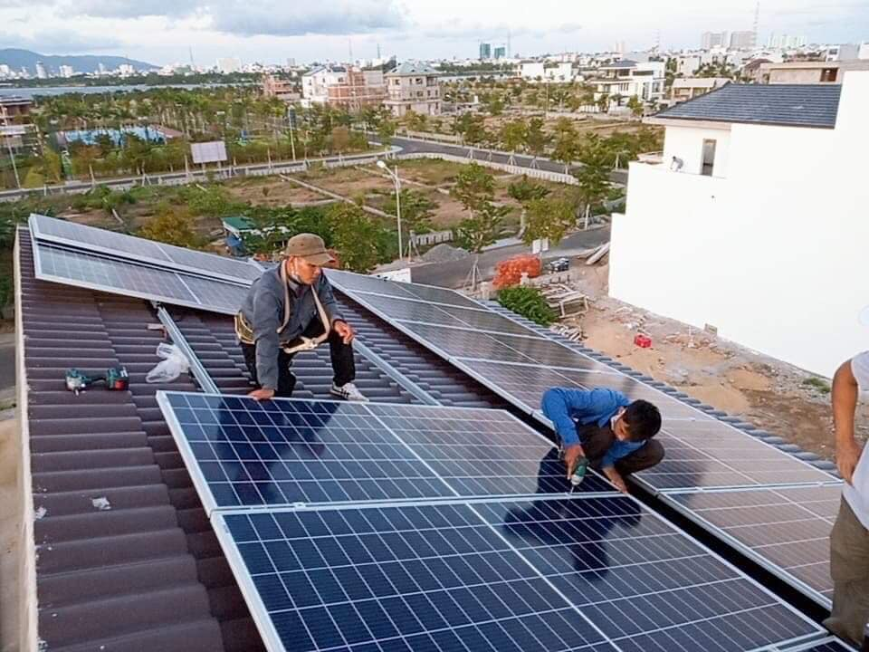 Thi công lắp pin năng lượng mặt trời tại đà nẵng, đội khoảng lắp pin năng lượng chuyên nghiệp